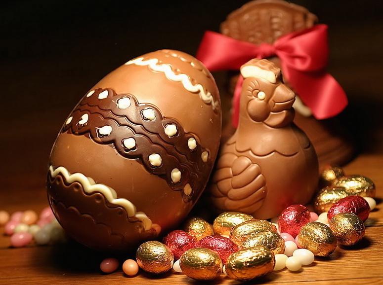 La gallina di Pasqua dalle uova di cioccolato