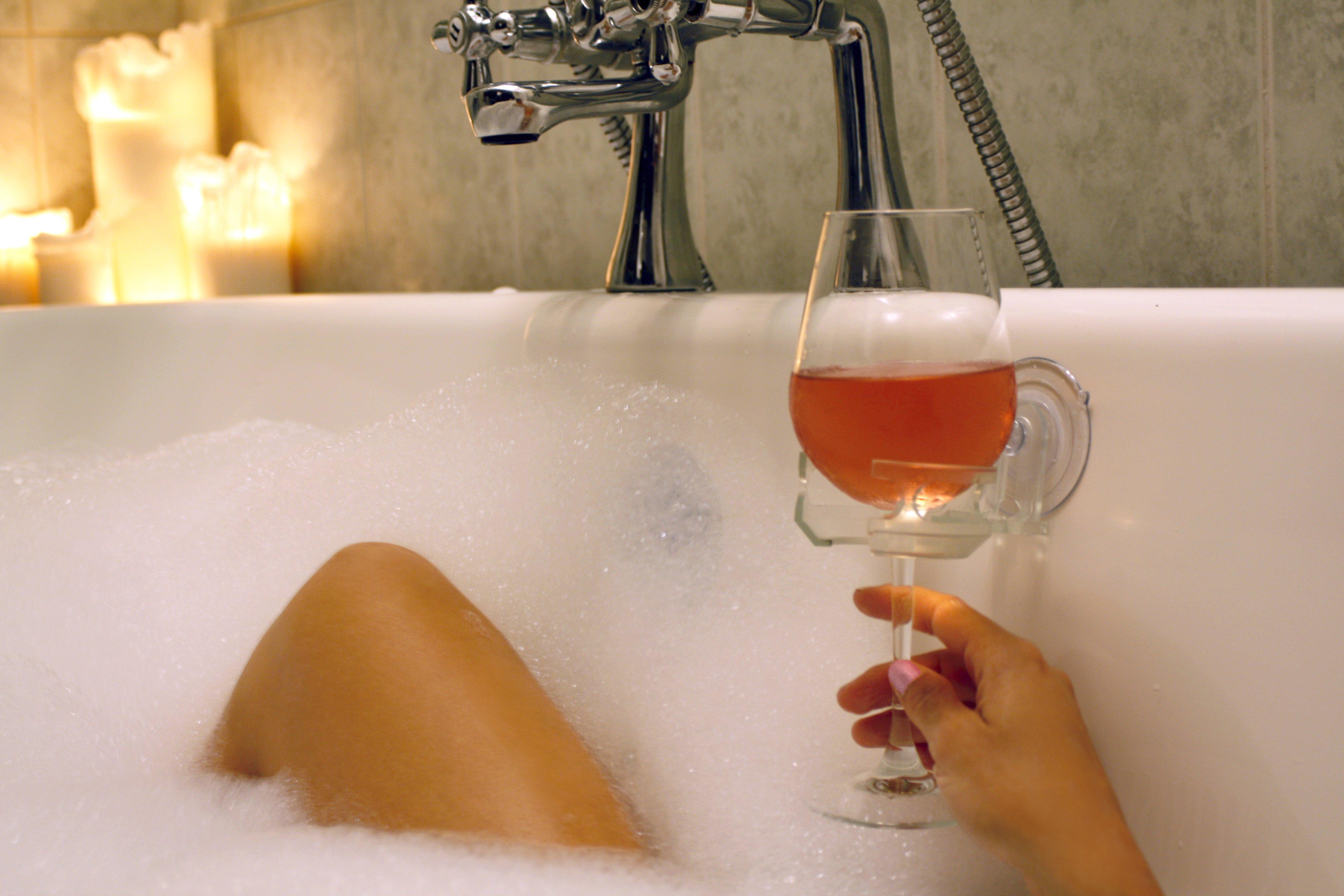 2 accessoires pour boire du vin dans son bain avenue des. Black Bedroom Furniture Sets. Home Design Ideas